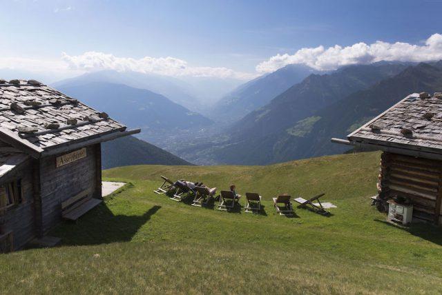 Bühnenreifes Hüttenglück auf der Videgger Assenalm oberhalb von Schenna; Foto: Tourismusverein Schenna/Georg Mayr