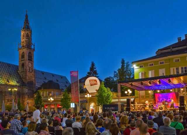 Auf dem Bozener waltherplatz und im Restaurant Batzenhäusl geben Jazzmusiker ihr Können zum Besten, Foto: SJF